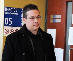 Le policier Éric Deslauriers, coupable d'homicide involontaire, était entouré de nombreux proches et collègues vendredi, au palais de justice de Saint-Jérôme.