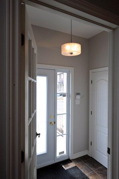 Un hall d'entrée fermé évite les perturbations de température intérieure, en été comme en hiver.