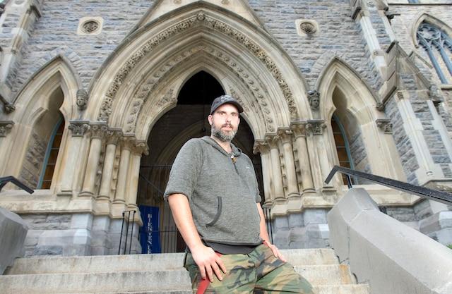 L' itinérant Jean-Simon Tremblay se promène toujours avec ses doses de naloxone dans les rues de Montréal.