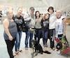 Henriette Leblanc (à gauche), Cynthia Jubinville-Leblanc (quatrième) et Anita Quirion (à droite) ont accueilli hier à l'aéroport Montréal-Trudeau Claudie Quirion, Roch Leblanc, Maïly et Sian Quirion-Leblanc, ainsi que la chienne Jill. Ces derniers ont vécu six jours d'enfer sur l'île de Saint-Martin après le passage de l'ouragan Irma.