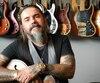 Le bassiste de Kaïn et de La Chicane, Éric Maheu, dans son studio d'enregistrement, dans sa maison de Saint-Cyrille-de-Wendover près de Drummondville.
