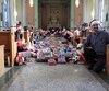 La vingtaine d'élèves de secondaire 1 du Collège Mont Sacré-Cœur de Granby ont emballé quelque 400 cadeaux en deux heures au son de la musique de Noël.