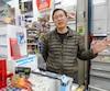 Yan Shi, propriétaire du dépanneur Marché Pelletier, sur la rue Masson, à Montréal, travaille de longues heures pour rentabiliser son commerce. Récemment, il a dû remercier un caissier et un livreur pour y arriver.