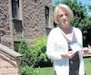 Denise Savaria se tient devant son appartement de la montée Montrougeau, dans le secteur Fabreville, à Laval, où deux pitbullsen liberté ont déchiqueté sous ses yeux son shih tzu, prénommé Moka, dont elle tient la photo.