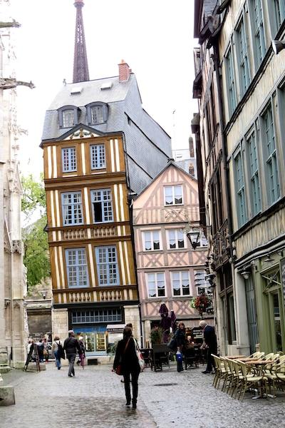 La Maison penchée de Rouen. Cette belle maison à colombages penche ainsi depuis le XIXe siècle, alors qu'on a enlevé les maisons attenantes.