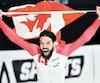 Charles Hamelin s'est drapé du drapeau canadien et a célébré sur la glace son tout premier titre de champion du monde. Les milliers de spectateurs de l'aréna Mauriche-Richard ont bruyamment applaudi leur favori.