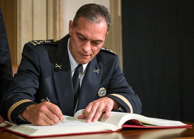 Le nouveau directeur du Service de police de la Ville de Montréal (SPVM), Philippe Pichet, a été assermenté cet après-midi par le maire Denis Coderre.
