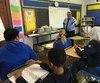 En visite dans la classe de français de Matthew Jones à l'école secondaire William Bodine de Philadelphie, le maire de Québec, Régis Labeaume, a longuement discuté avec les élèves qui voulaient tout savoir du travail de maire.