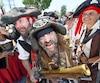 Avec leurs costumes flamboyants et leurs mimiques inimitables, les pirates ont amusé petits et grands.