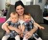 Amanda Dorris est accompagnée de ses jumelles Élodie et Emmanuelle Plouffe, qui sont nées le 6 avril à 22,96 secondes d'intervalle dans leur résidence de Gatineau. Il s'agit d'un exploit qui sera inscrit dans le Livre Guinness des records.