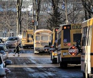 Le matin et le soir, autour de l'école Anne-Hébert, dans Montcalm, les élèves circulent à leurs risques et périls à travers les autobus et les véhicules. Il se commet plus d'une quinzaine d'infractions chaque heure de pointe, informe la direction.