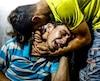 Des adolescents palestiniens pleurent la mort de deux de leurs compatriotes âgés de 15 et 16 ans.