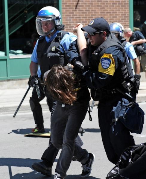 La police a procédé à l'arrestation de nombreux manifestants près des sites du GP. Ils ont systématiquement inspecté les sacs à dos dans les stations de métro.