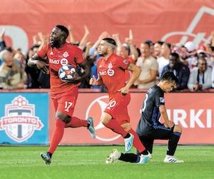 Le milieu de terrain de l'Impact Ken Krolicki ne peut que constater les dégâts après un but marqué par le Toronto FC.