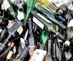 Les bouteilles de vin et de spiritueux feraient partie des contenants que la CAQ veut aussi consigner.