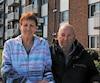 Lucie et Michel Lacombe devant leur logement où le toit a été soufflé.