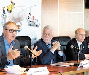 Le président général de l'Union des producteurs agricoles et porte-parole du Mouvement pour la gestion de l'offre, Marcel Groleau, le chef du Parti libéral du Québec, Philippe Couillard, et le chef du Parti québécois, Jean-François Lisée