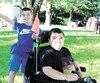Mathis Desrosiers aime monter derrière le fauteuil roulant de son ami, Vincent Gervais.