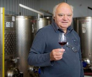 À la retraite depuis 2009, Pierre-Paul Jodoin, 72 ans, consacre maintenant ses journées à son vignoble Clos Ste-Croix, situé dans sa cour, à l'entrée du village de Dunham, dans les Cantons-de-l'Est.