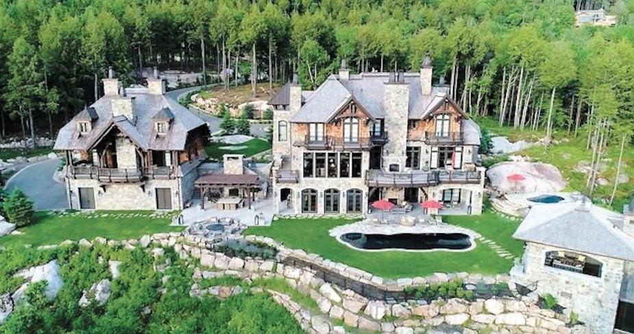 En plus d'une vue imprenable sur le lac Tremblant, la demeure offrira à son futur propriétaire une piscine creusée, un spa et un cinéma.