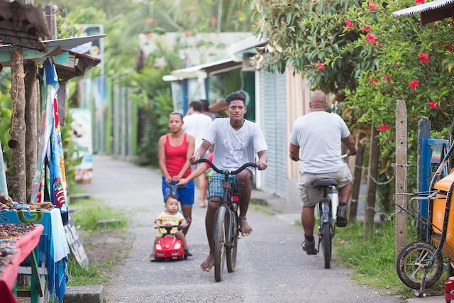 Le village de Tortuguero, au Costa Rica ne compte aucun véhicule à moteur. On peut s'y déplacer en bateau, à la marche ou en bicyclette.