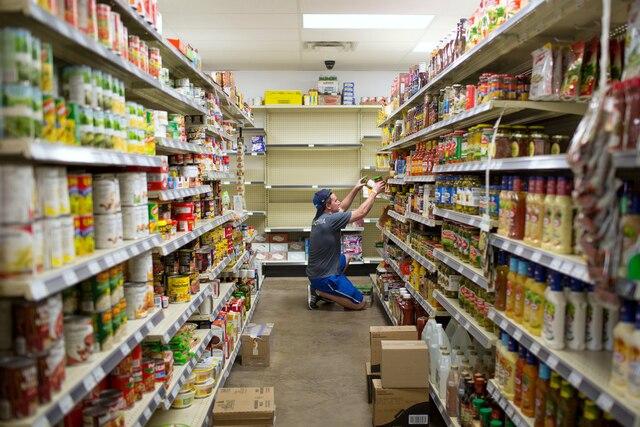 Mercredi, des bénévoles remplissaient des étagères où pouvaient se servir des évacués.