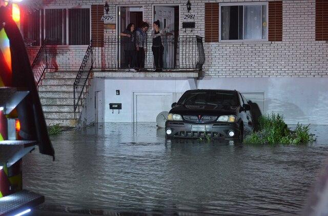 Plusieurs sous-sols de la rue Belcourt à Longueuil ont été inondés à la suite du bris d'une conduite d'aqueduc près de la rue Boucher, vers 0h, le mardi 20 juin 2017.  PASCAL GIRARD/AGENCE QMI