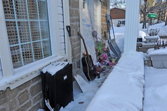 Plusieurs personnes sont venues porter des messages ou déposer des objets devant la maison des Carrier.
