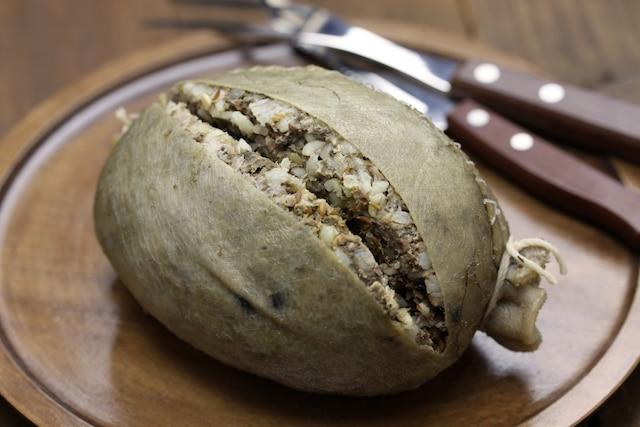 Haggis: la panse de brebis est farcie  avec des abats de l'animal