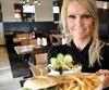 Les restaurants Normandin ont aussi leur burger végé qui fait de plus en plus d'adeptes, comme celui que s'apprête à servir Chantale Simard qui travaille à la succursale de la rue Bouvier, à Québec.