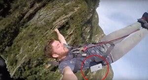 Un touriste irlandais a appris à ses dépends qu'il valait toujours mieux vider ses poches avant de faire un saut à l'élastique.