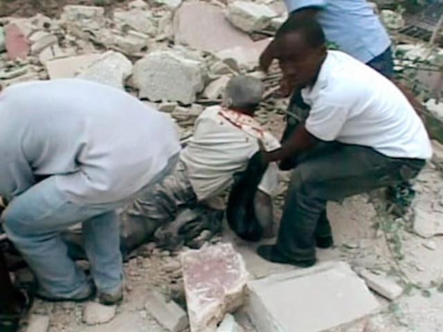 Une victime est extirpée des décombres par ses concitoyens.
