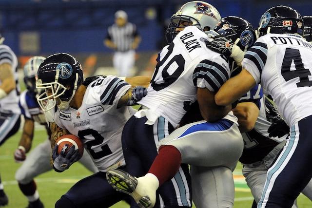 Chad Owens se faufile avec le ballon lors du match.