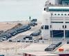 Des camionnettes de police sont stationnées dans le port de Barcelone, où le ministère de l'Intérieur a affrété trois navires pour loger les renforts qui seront envoyés en Catalogne avant le jour du référendum.