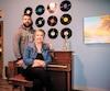 Les propriétaires de Défi-Évasion, Dave Welsh et Véronique Girard, sont complémentaires en amour et en affaires. On les voit ici dans une nouvelle salle thématique récemment inaugurée.