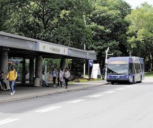 Le laissez-passer est disponible pour tous les étudiants à temps plein de l'Université Laval, leur donnant accès au transport en commun de Québec et de Lévis.