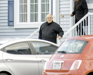 Le prêtre Charles-Eugène Apestéguy, photographié il y a quelques jours à la sortie de son cottage de McMasterville, en Montérégie, où il n'a pas payé de taxes depuis 2009. Il prétendait que l'immeuble était un presbytère. La propriété est évaluée à 271 400$.