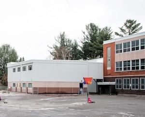 Les élèves de l'école du Boisé dans le secteur de Buckingham à Gatineau sont forcés d'étudier dans des unités modulaires (locaux blancs) déplore le président de la Commission scolaire au Cœur-des-Vallées, Éric Antoine.