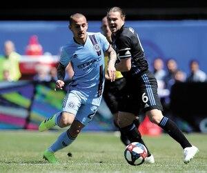 Samuel Piette, de l'Impact et Alexandru Mitrita, du New York City FC ont bataillé pour l'obtention du ballon, samedi.