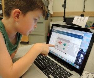 Grady, 6 ans, un élève de maternelle de l'école Cambridge, à Surrey, explique comment fonctionne son portfolio numérique, qui a remplacé le bulletin traditionnel.