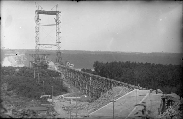 Construction du premier pont de Québec vue de la Rive-Sud en 1905.
