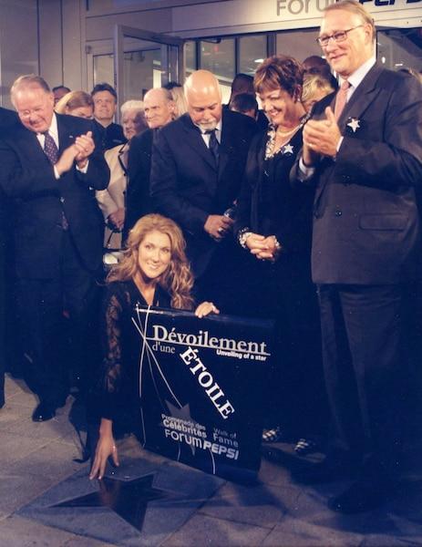 En septembre 2002, Céline Dion dévoile une étoile à son nom à la promenade des célébrités au Forum Pepsi. Debout de gauche à droite: Bernard Landry, Maman Dion, Adhémar Dion, René Angelil , Sheila Copps et Gérald Tremblay.