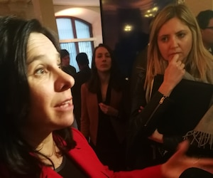 Sous l'œil attentif de son attachée de presse Geneviève Jutras, la mairesse Plante était visiblement contrariée de répondre à notre journaliste qui lui demandait s'il était normal qu'elle prononce tout son discours en anglais à Montréal.