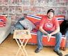 Pierre-Olivier Hamel dans son salon de unes du Journal sur le Canadien.