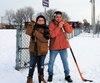 Malgré les travaux au centre communautaire, Nathan D'Amours et son père Alex aimeraient bien jouer au hockey cet hiver sur une patinoire extérieure, au parc Bardy.