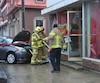 La vitrine d'un salon de coiffure a été complètement démolie, samedi matin, lorsqu'une voiture a embouti la façade du commerce dans le quartier Saint-Roch, à Québec.