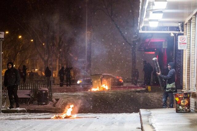 De petits feux brûlaient toujours à différents endroits du quartier, là où les manifestants n'avaient pas été dispersés.