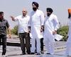 Un ministre du Pendjab, Bikram Singh Majithia (au centre), sur les toits couverts de panneaux solaires d'une centrale photovoltaïque, en Inde, en mai 2016. La Caisse de dépôt a annoncé hier l'injection de 130M$ dans la production d'énergie solaire dans ce pays.