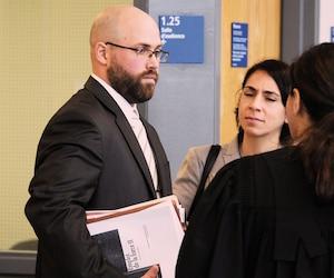 Guillaume St-Louis a été reconnu coupable vendredi d'avoir aspergé de poivre de Cayenne puis frappé avec son bâton télescopique un citoyen. Il doit revenir au palais de justice de Joliette le 6 février prochain pour les observations sur la peine.