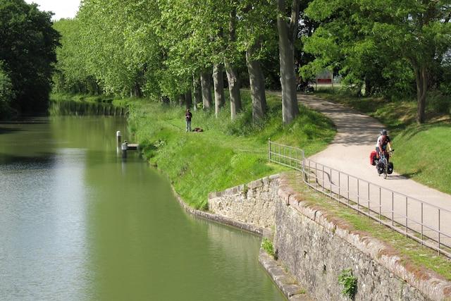 La pêche et le cyclotourisme  font bon ménage sur le canal du Midi.